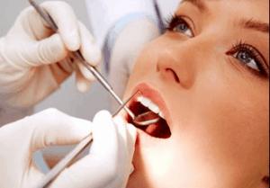 boca aberta, com dentista mexendo - implante dentário